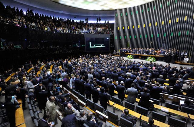Deputados aprovam MP 664 sob protestos