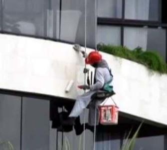 CONJUR-DESVIO DE FUNÇÃO Condomínio é responsabilizado por acidente de faxineiro ao limpar fachada