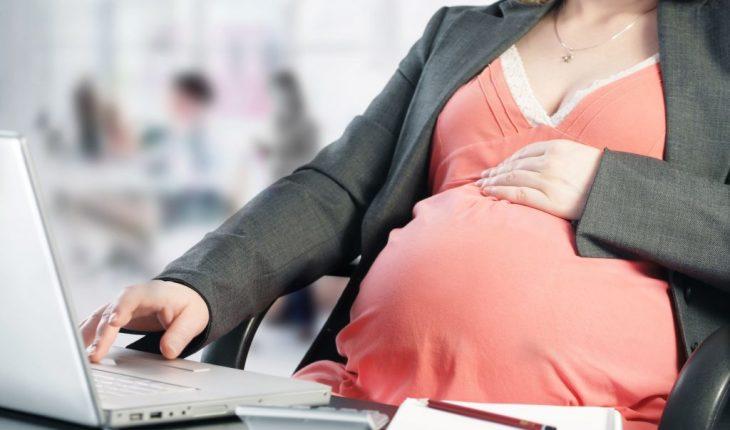Exame positivo de gravidez no fim do aviso-prévio garante estabilidade a operadora de caixa